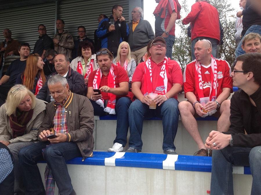 Die Fans des ASV Salzburg unterstützen ihre Mannschaft